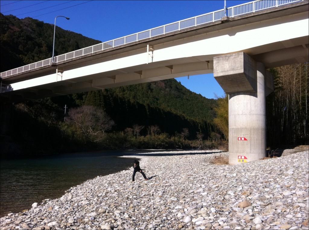 初めのキャンプは古座川沿いの橋の下。これがアウトドアの原体験。