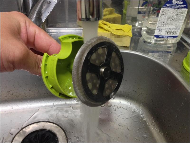 フレンチプレスの網目部分を水で洗うの図