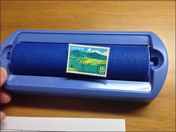 切手を水でぬらします